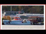 Um auf den Seenotrettungskreutzer HARO KOEBKE zu gelangen muss die Fangeinrichtung des Tochterboots NOTARIUS einrasten, was beim ersten Mal offensichtlich nicht gelang. - Sassnitz den 22.10.2017
